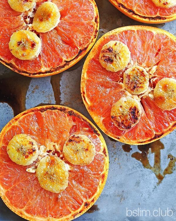 На фото запечный грейпфрут с бананом и медом